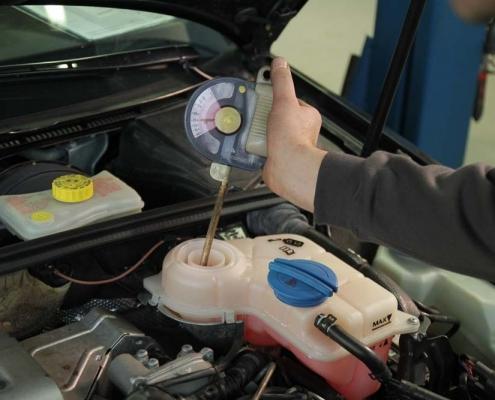 Kuhlerfrostschutz prüfen, Kuhlsystem Frostschutzgehalt prüfen, Kuhlmittelzusatz, G11, G12, G12+, G12++, G13, G12evo, Auto Hirsch. Unabhängiger Spezialist für VW, Audi , Seat, Skoda, Mercedes und Smart.