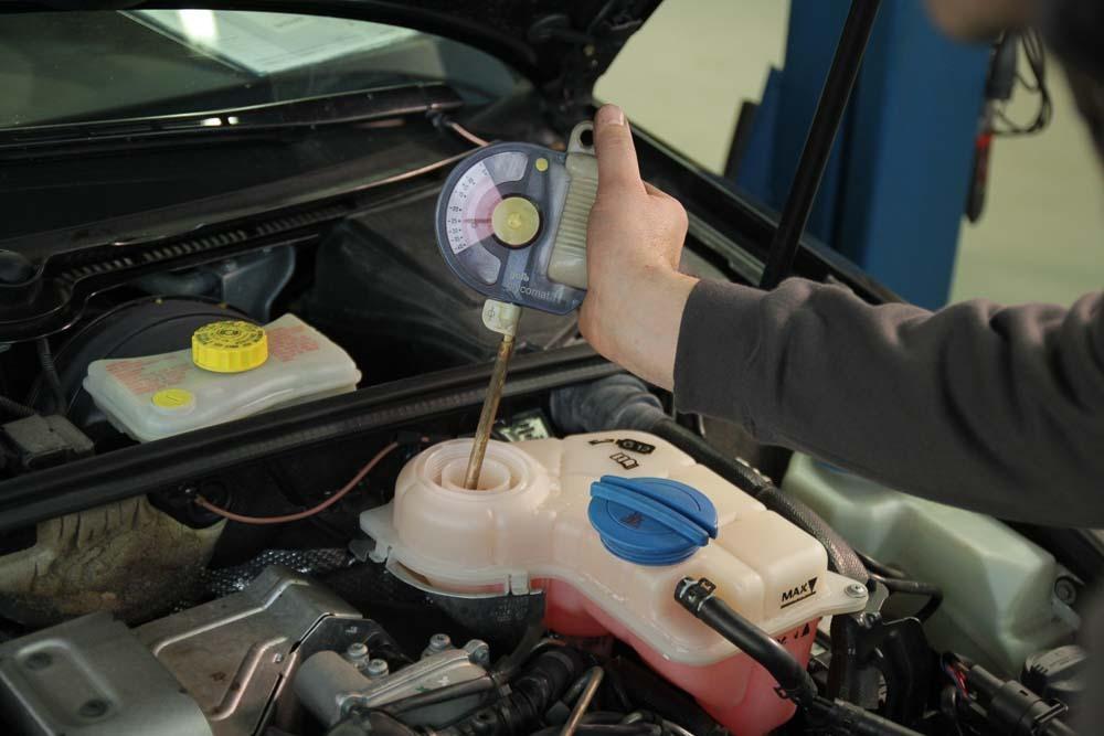 Kühlerfrostschutz prüfen, Kühlsystem Frostschutzgehalt prüfen, Kühlmittelzusatz, G11, G12, G12+, G12++, G13, G12evo, Auto Hirsch. Unabhängiger Spezialist für VW, Audi , Seat, Skoda, Mercedes und Smart.